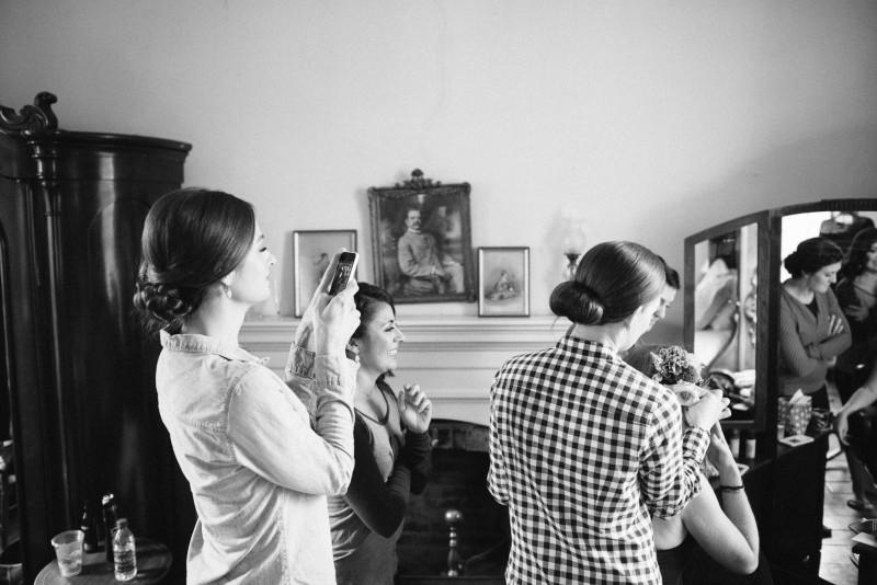 bridesmaids-with-iphones-800x534 Laurie + Craig - Antrim Wedding | Columbia, TN