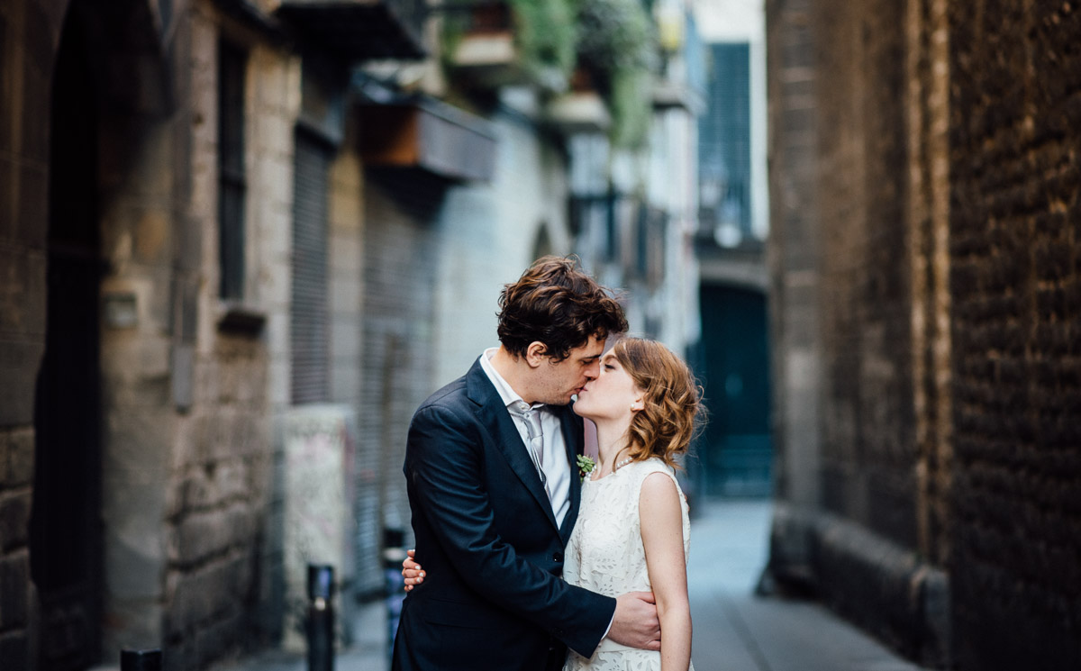 BARCELONA-STREET-KISS Robert + Alyssa | Barcelona Elopement Photographer